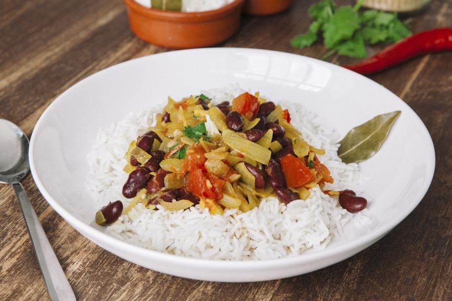 Prato de arroz Indiano e feijões (rajma chawal) posto para refeição em mesa de madeira