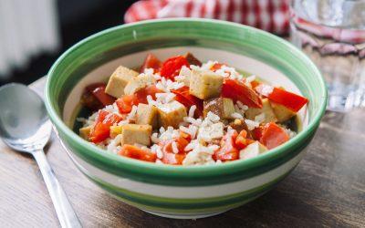 Arroz fresco com tofu e tomates