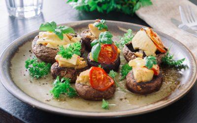 Cogumelos portobello com tomate e homus