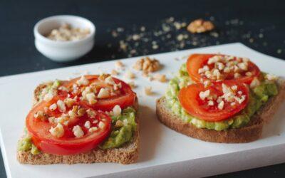 Abacate e tomate no pão