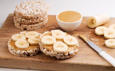 Banana e manteiga de amendoim com biscoitos de arroz