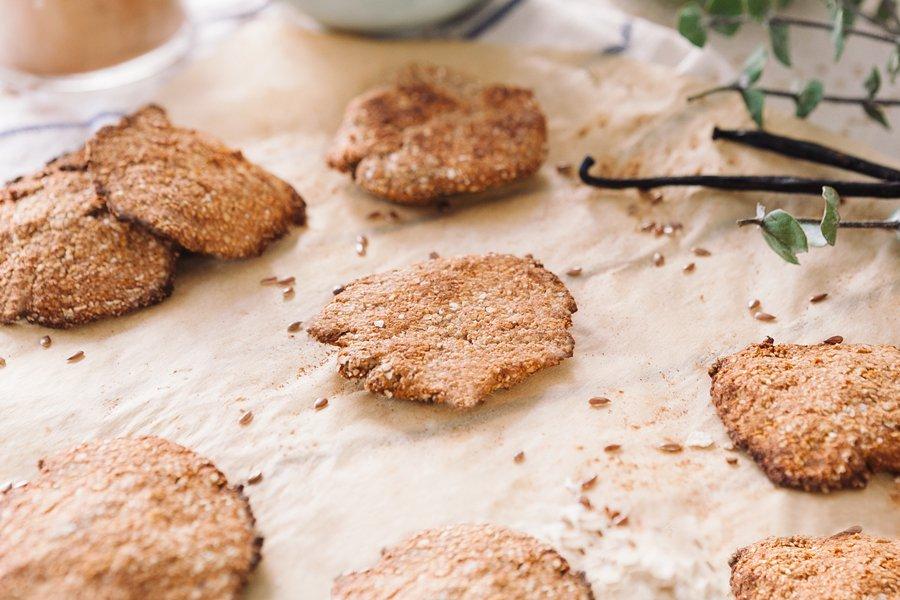 Biscoitos de manteiga de amendoim espalhados sobre mesa decorada